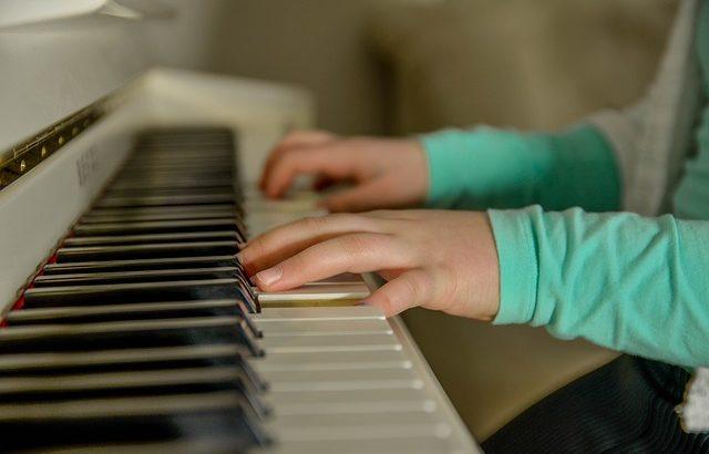 奥田弦(ジャズピアニスト)の経歴や両親は?動画や演奏会情報も